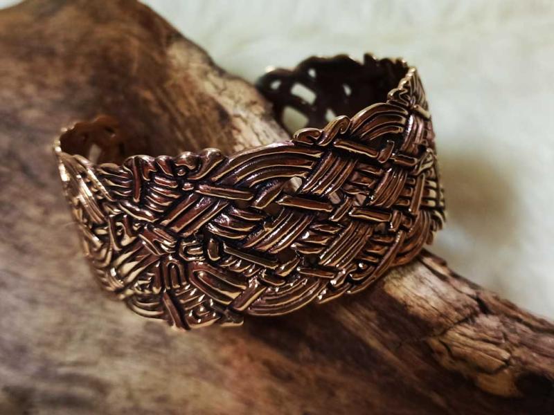 Wide Celtic bracelet made of bronze