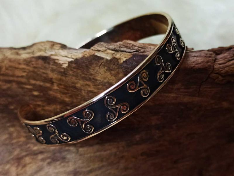 Bangle with Celtic triskeles made in bronze
