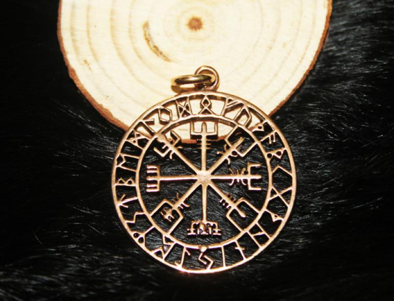 Vegvisir in Rune circle